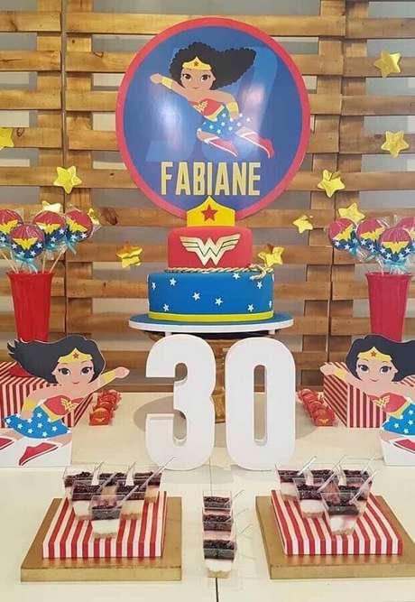25. O painel de pallet é uma ótima escolha para decoração de festa Mulher Maravilha simples – Foto: Kara's Party Ideas