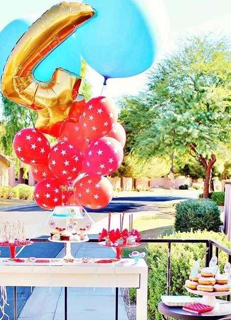 4. Use balões coloridos para decorar a sua festa da Mulher Maravilha na piscina – Foto: Pinterest