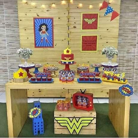 6. O painel de madeira também é muito usado para decoração de festa Mulher Maravilha simples – Foto: Tititi Festas