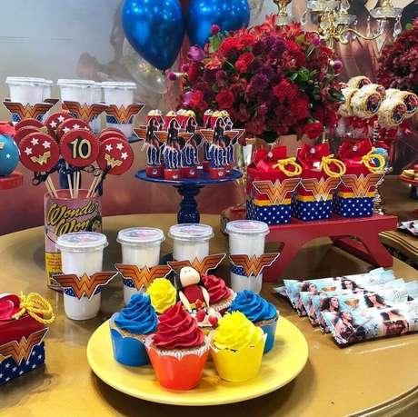 31. Mesa de doces decorada para festa Mulher Maravilha – Foto: Cajuartes Festas