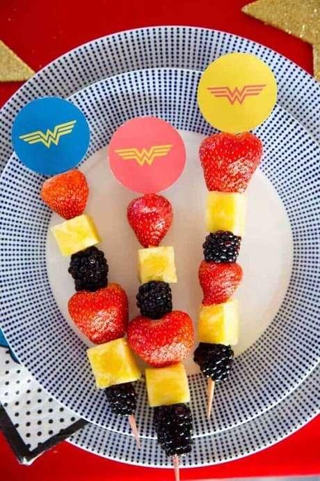 33. Espetinho de frutas decorado para festa Mulher Maravilha – Foto: A Minha Festinha