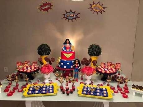 35. Festa Mulher Maravilha simples decorada com bonecos da super-heroína – Foto: Pinterest