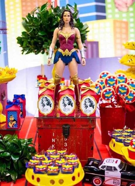 36. A boneca da super-heroína faz toda a diferença na decoração da mesa de festa Mulher Maravilha – Foto: Compartilhar Bolo