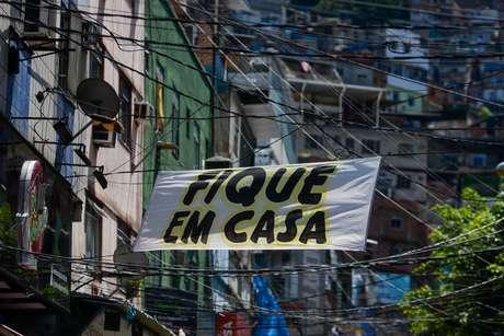 Faixas espalhadas pela a entrada da comunidade da Rocinha conscientizando a população para a importância do isolamento social