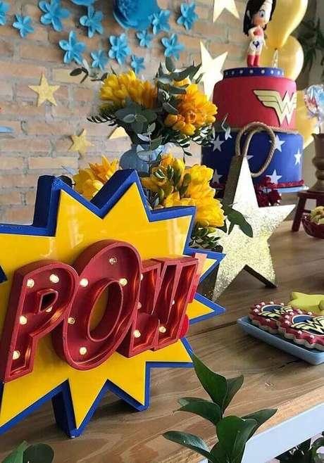 43. Luminária de mesa para decoração de festa Mulher Maravilha – Foto: Ideas for Party