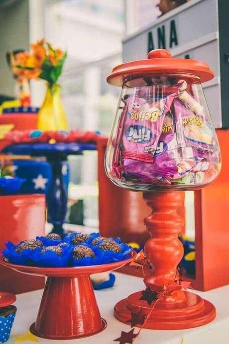45. Mesa de doces decorada para festa de aniversário da Mulher Maravilha – Foto: Zozu