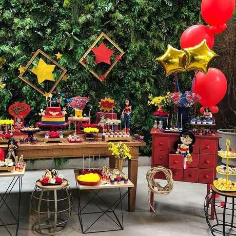46. O jardim vertical ajudou a trazer um toque mais leve para a decoração de festa Mulher Maravilha – Foto: A Minha Festinha