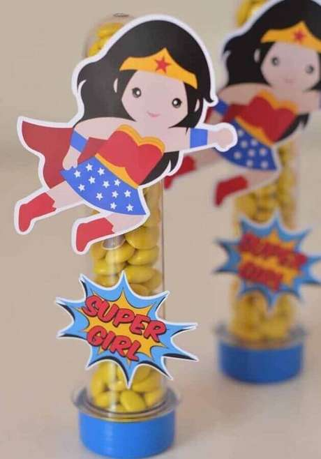 47. Tubetes de balas decorado para festa infantil Mulher Maravilha – Foto: Pinterest