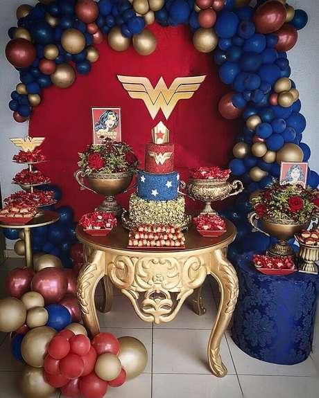 49. Decoração sofisticada para festa Mulher Maravilha com detalhes em dourado e mesa provençal – Foto: La Provence