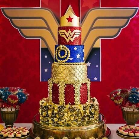 50. Lindo bolo 3 andares decorado para festa Mulher Maravilha com coroa no topo – Foto: Andrea Andrade Cake Designer