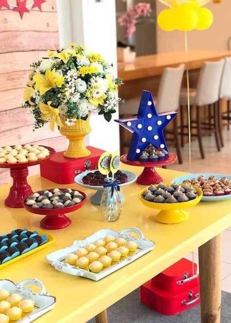 52. Decoração para mesa de doces colorida para festa Mulher Maravilha – Foto: Compartilhar Bolo