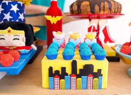 53. Docinhos coloridos com suportes personalizados para decoração de festa Mulher Maravilha – Foto: Home Fashion Trend