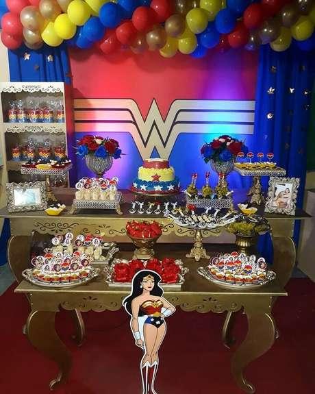 54. Mesa provençal dourada para decoração de festa Mulher Maravilha – Foto: Senhora Festas
