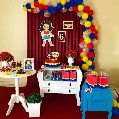 57. Móveis para decoração de festa Mulher Maravilha simples colorida – Foto: Home Fashion Trend