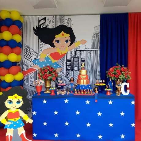62. Painel para decoração de festa Mulher Maravilha – Foto: Designer de Festas