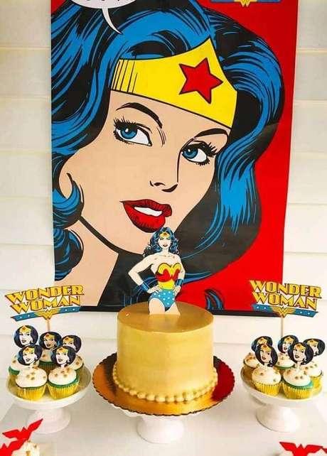 64. Painel para festa Mulher Maravilha Simples – Foto: Pinterest