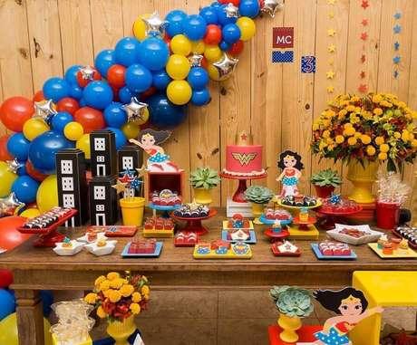 66. Pratos coloridos e arranjo de balões para decoração de festa Mulher Maravilha rústica – Foto: Fabricando Assessoria