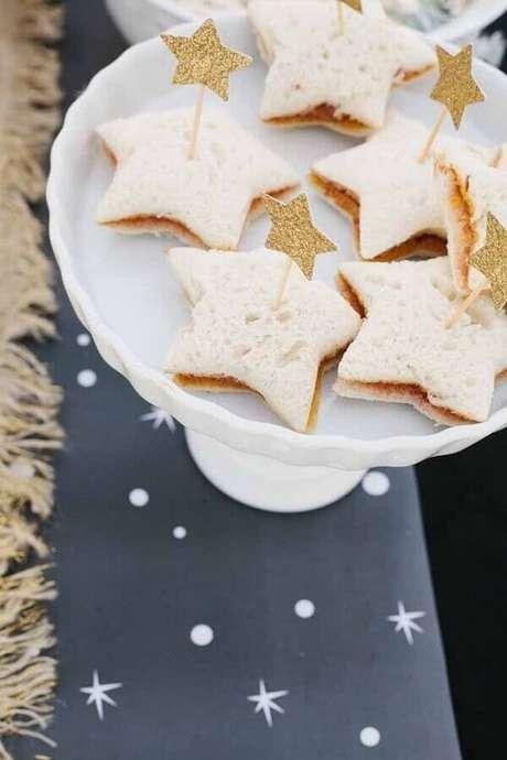 67. Mini sanduíches cortados em formato de estrela para festa de aniversario da Mulher Maravilha – Foto: Kara's Party Ideas