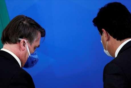 Bolsonaro e Mandetta deixam local após entrevista coletiva em março 20/03/2020 REUTERS/Ueslei Marcelino