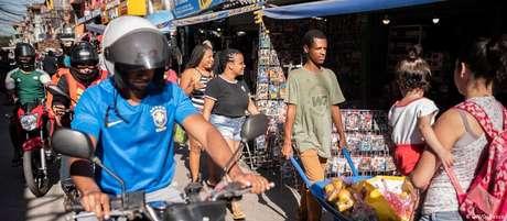 A rotina normal continua nas ruas lotadas e lojas abertas de Paraisópolis, contrariando a quarentena decretada pelo governo