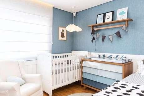 64- O quadro para quarto de bebê com desenho de nuvem é semelhante a luminária do berço. Fonte: Studio Adoleta
