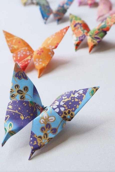 35. Borboletas coloridas em papel de presente – Foto: Via Pinterest