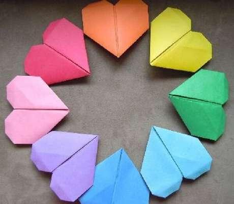 27. Corações coloridos de origamis – Foto: Mil dicas de mãe
