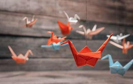 10. Os pássaros de origami conhecidos como tsuru ficam perfeitos na decoração também – Foto: Westwing