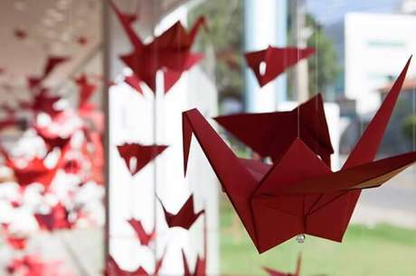 15. Origami de pássaro na cor vermelha fica lindo no ambiente – Foto: Via Pinterest