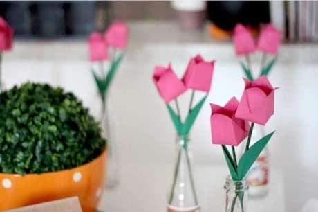 14. Flores de origamis como tulipas ficam lindas na decoração – Foto: Via Pinterest