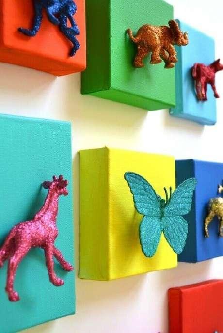9- O conjunto de quadro para quarto de bebê tem animais colados. Fonte: Promovida a Mãe