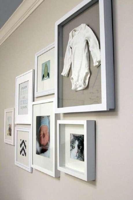 11- O quadro para quarto de bebê tem como tema as fotos e as roupinhas da criança. Fonte: Pinterest