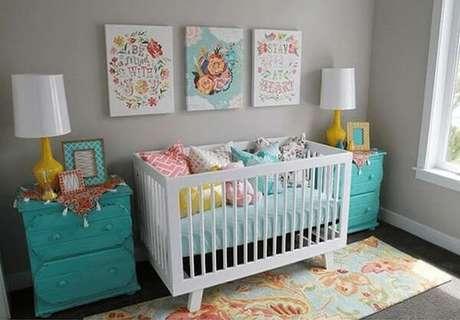 12- Na decoração vintage, o quadro para quarto de bebê florido complementa a decoração. Fonte: Sou Mãe