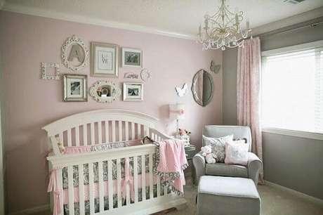 18- O quadro infantil para quarto de bebê acompanha os tons rosa e cinza na decoração do ambiente. Fonte: Sou Mãe