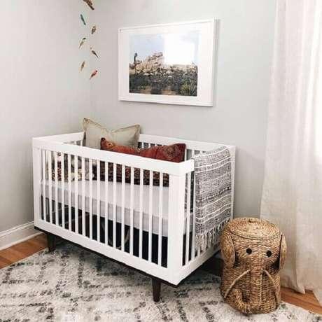 19- O quadro para quarto de bebê tem foto de paisagem para compor o ambiente. Fonte: Pinterest