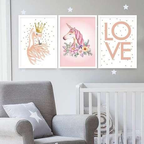 21- Na decoração com quadro para quarto de bebê as molduras são brancas para combinar com o berço. Fonte: Pinterest