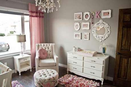 23- Na decoração do quarto em estilo clássico as molduras dos quadros seguem a mesma linha. Fonte: Ficar Grávida