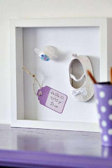 24- O quadro para quarto de bebê foi realizado com o primeiro sapatinho, a chupeta e uma etiqueta com os dados do nascimento da criança. Fonte: Time to DIY