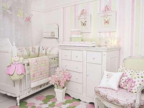 26- O quadro para quarto de bebê foi pendurado na parede a partir de um laço rosa. Fonte: Sou Mãe
