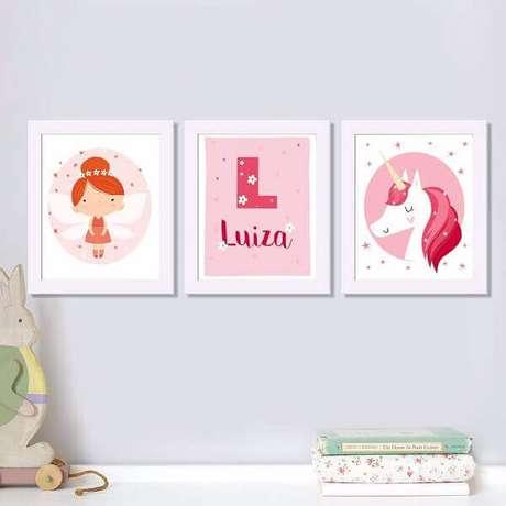 28- O quadro para quarto de bebê tem o nome da criança no tom vermelho combinando com as cores dos outros quadros. Fonte: Webcomunica