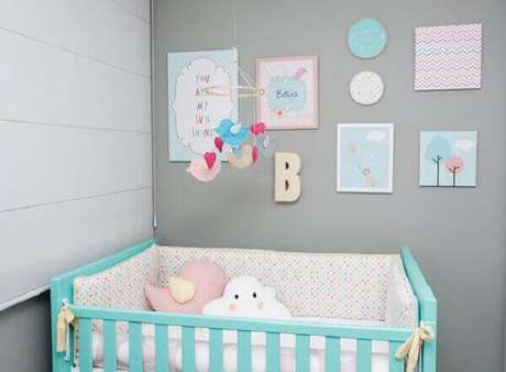 29- O quadro para quarto de bebê tem como fundo papel de parede e o nome da criança. Fonte: Gestação Bebê
