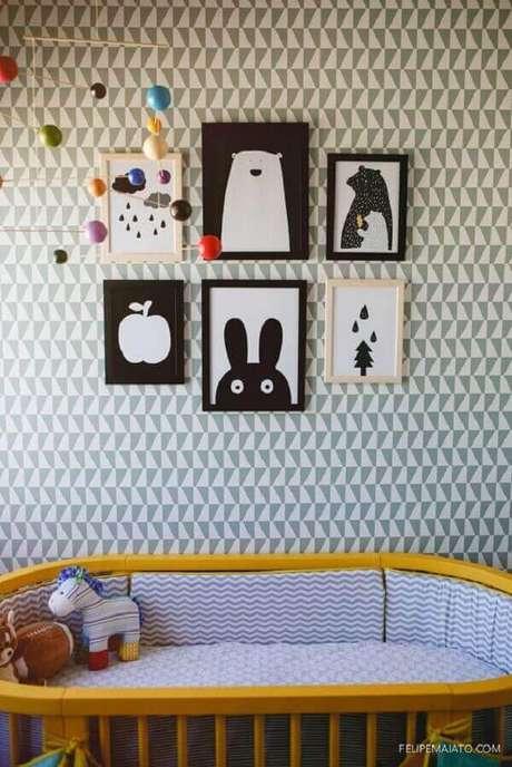 31- O quadro para quarto de bebê tem imagens em branco e preto para chamar a atenção do fundo da parede. Fonte: Felipe Maiato
