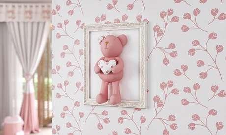 33- O quarto para quarto de bebê em MDF com moldura na cor branca tem ursinho em tecido na mesma tonalidade do papel de parede. Fonte: Ficar Grávida