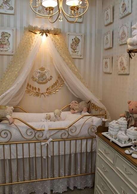 40- O conjunto de quadros para quarto de bebê tem molduras nos mesmos tons do papel de parede. Fonte: Ficar Grávida