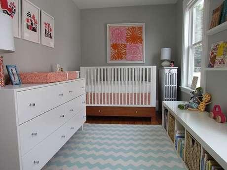 45- Na decoração, o quadro para quarto de bebê tem tons em rosa e vermelho para se destacar na parede cinza. Fonte: Quadros Decorativos