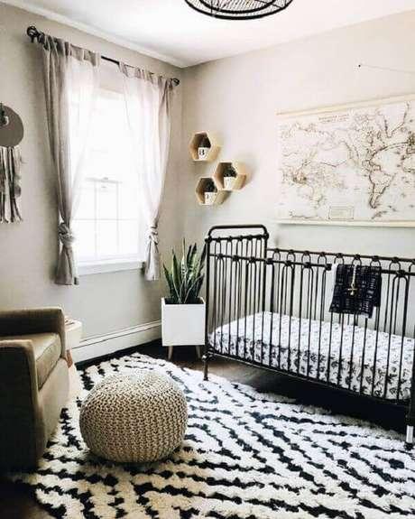 48- Na decoração moderna, o quadro para quarto de bebê tem um mapa mundi. Fonte: Blog da Daiane