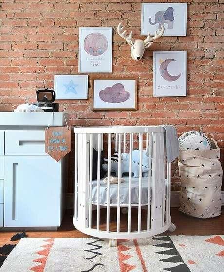 1- O quadro para quarto de bebê utiliza temas de universo e animais para decorar a parede rústica. Fonte: Indica Decor