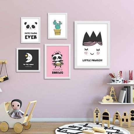 57- O jogo de quadro para quarto de bebê foi pendurado de forma assimétrica na parede. Fonte: Ideias Decor Quadros