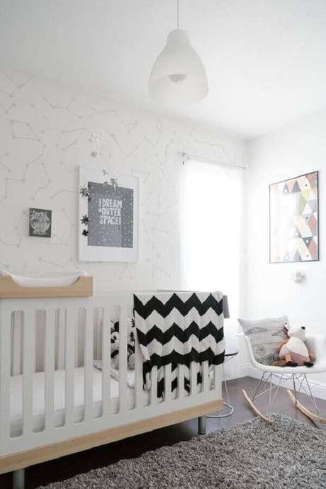 58- O quadro para quarto de bebê foi escolhido a partir das tonalidades do papel de parede. Fonte: Gestação Bebê