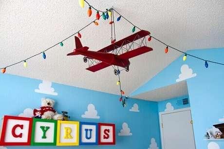 10- Na decoração, o quadro para quarto de bebê tem letras grandes e coloridas. Fonte: Blog Sou Pop